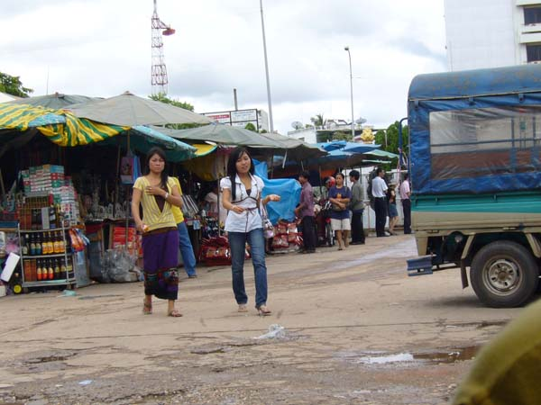 Laos, Vientiane, Frauen im Sarong